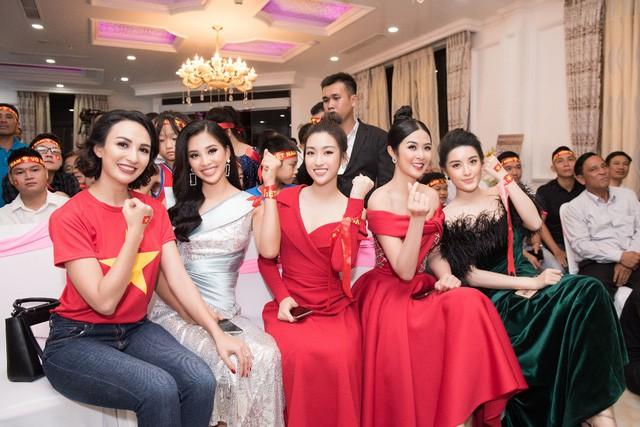 Hoa hậu Ngọc Hân, Mỹ Linh đồng loạt diện váy khoe trọn vai trần, nhưng nhìn sang Huyền My ai cũng choáng hơn cả! - Ảnh 4.