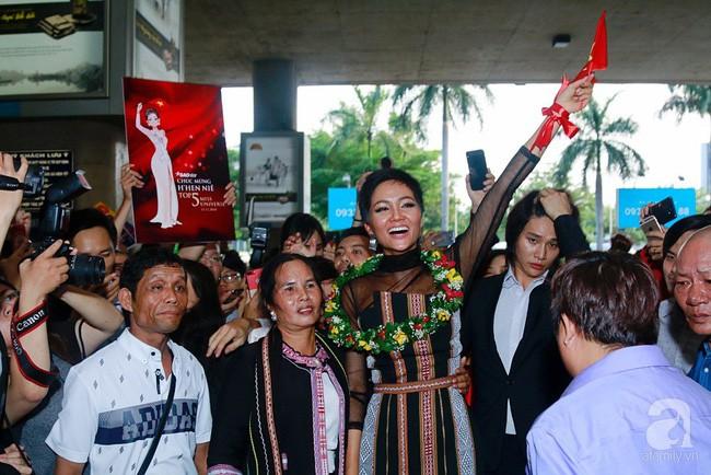Sau chiến thắng ngoạn mục tại Miss Universe 2018 – H'Hen Niê vội về với buôn làng vì có chuyện gấp