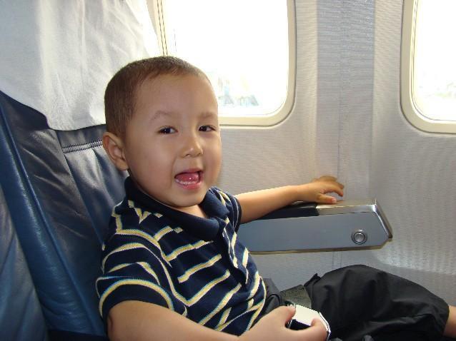 """Cho con đi máy bay, bố mẹ hãy nhớ vị trí các """"ổ"""" vi khuẩn không nên cho bé chạm vào - Ảnh 1."""
