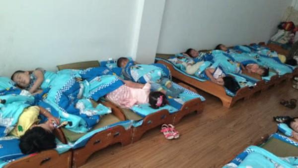 Đang ngủ trưa ở trường mẫu giáo, bé trai 5 tuổi miệng thâm đen, không thể thở và đột tử trong tích tắc - Ảnh 1.