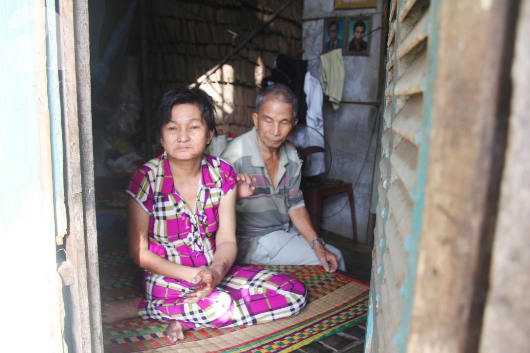 Rớt nước mắt cảnh cha già có đến 6 người con nhưng cuối đời phải chăm con gái bệnh tật không tiền chữa - Ảnh 1.