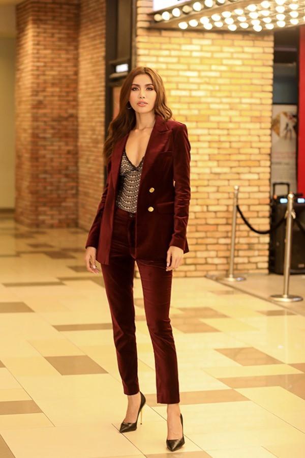 Trong khi Chi Pu loay hoay để mặc đẹp, thì HHen Niê đã thuần hóa ngay được kiểu quần này tại chung kết Miss Universe - Ảnh 8.