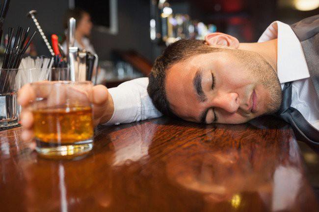 3 người hôn mê do ngộ độc rượu sau tiệc Noel, chuyên gia cảnh báo cẩn trọng ngộ độc rượu dịp cuối năm - Ảnh 2.