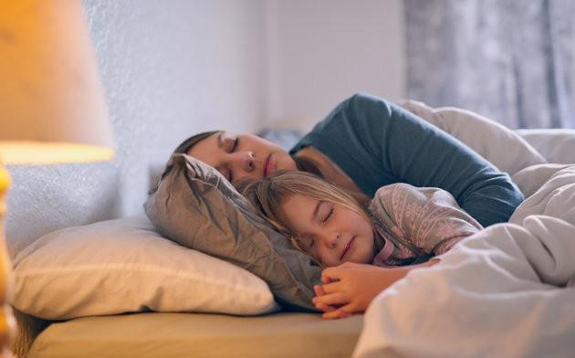 Nằm cùng con cho đến khi con ngủ, thói quen không xấu như mọi người vẫn nghĩ - Ảnh 2.