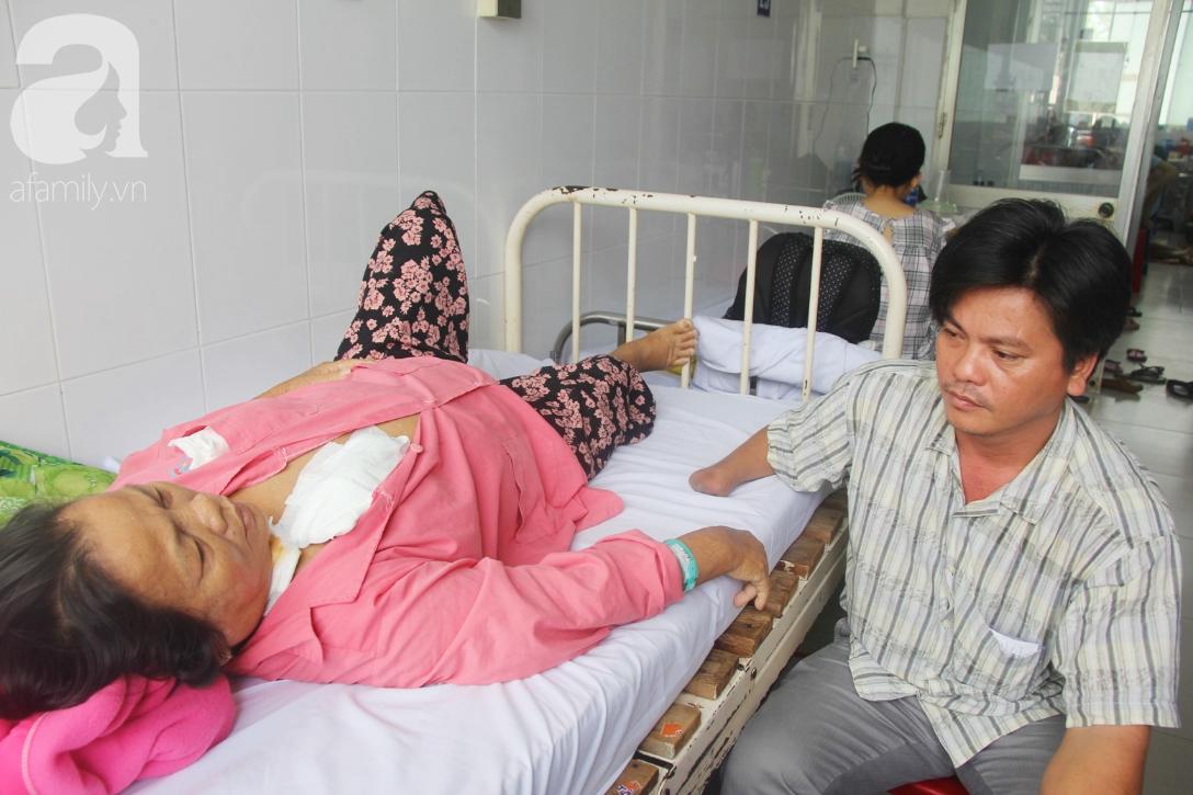 Đường cùng của người con trai cụt tay, gởi con ở quê để vào bệnh viện nuôi mẹ già suy thận mạn giai đoạn cuối - Ảnh 1.