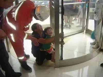 Đưa con đi chơi dịp lễ Tết, bố mẹ cần đặc biệt lưu ý loạt hiểm họa tiềm ẩn, tránh cho trẻ gặp tai nạn như những trường hợp này - Ảnh 4.