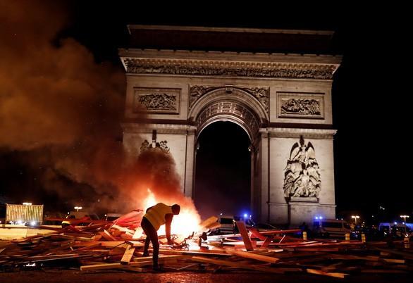 Khải Hoàn Môn huyền thoại chìm trong khói lửa và đổ vỡ sau cuộc biểu tình lớn nhất thập kỷ ở Paris - Ảnh 7.