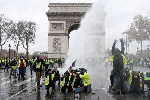 Khải Hoàn Môn huyền thoại chìm trong khói lửa và đổ vỡ sau cuộc biểu tình lớn nhất thập kỷ ở Paris - Ảnh 10.