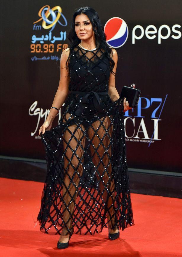 """Mặc váy đen xuyên thấu, nữ diễn viên nổi tiếng của Ai Cập có nguy cơ ngồi tù 5 năm vì tội """"khoe thân"""" phản cảm - Ảnh 5."""
