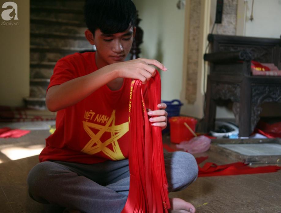 Cờ đỏ sao vàng, băng-rôn được sản xuất gấp rút trước giờ bóng lăn phục vụ người hâm mộ - Ảnh 8.