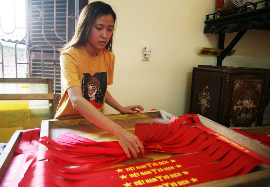 Cờ đỏ sao vàng, băng-rôn được sản xuất gấp rút trước giờ bóng lăn phục vụ người hâm mộ - Ảnh 7.