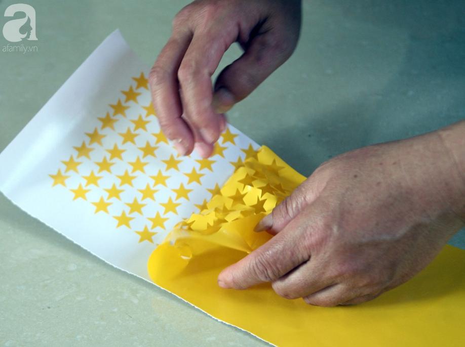 Cờ đỏ sao vàng, băng-rôn được sản xuất gấp rút trước giờ bóng lăn phục vụ người hâm mộ - Ảnh 10.