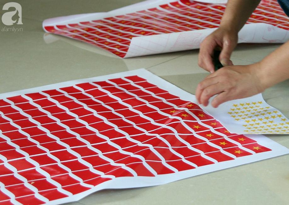 Cờ đỏ sao vàng, băng-rôn được sản xuất gấp rút trước giờ bóng lăn phục vụ người hâm mộ - Ảnh 11.