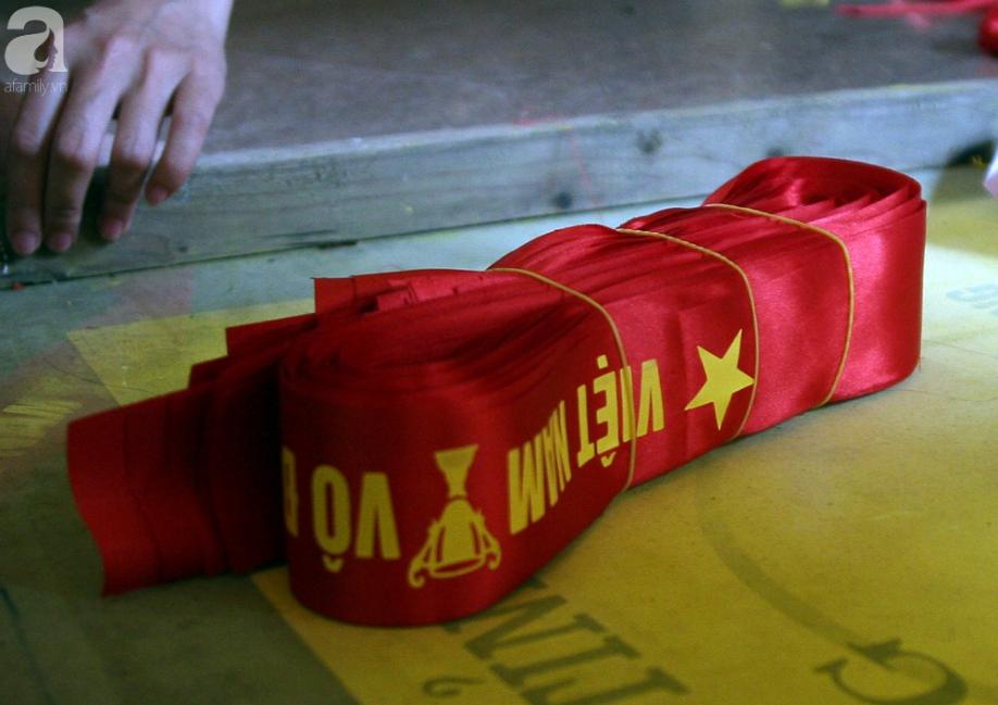 Cờ đỏ sao vàng, băng-rôn được sản xuất gấp rút trước giờ bóng lăn phục vụ người hâm mộ - Ảnh 9.