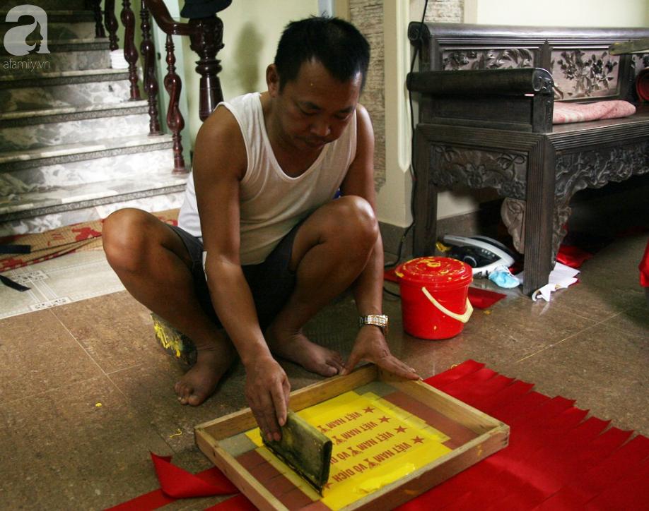 Cờ đỏ sao vàng, băng-rôn được sản xuất gấp rút trước giờ bóng lăn phục vụ người hâm mộ - Ảnh 5.