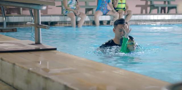 MV mới của Phạm Quỳnh Anh gặp nhiều ý kiến trái chiều vì cảnh đẩy con xuống nước - Ảnh 2.