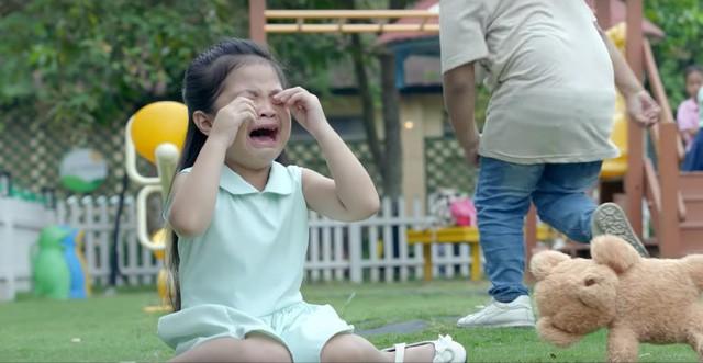 MV mới của Phạm Quỳnh Anh gặp nhiều ý kiến trái chiều vì cảnh đẩy con xuống nước - Ảnh 3.