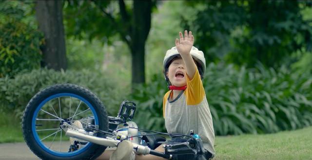 MV mới của Phạm Quỳnh Anh gặp nhiều ý kiến trái chiều vì cảnh đẩy con xuống nước - Ảnh 4.