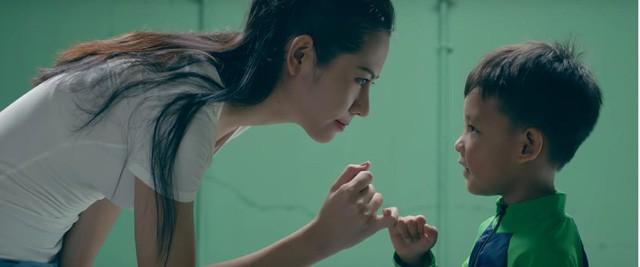 MV mới của Phạm Quỳnh Anh gặp nhiều ý kiến trái chiều vì cảnh đẩy con xuống nước - Ảnh 5.