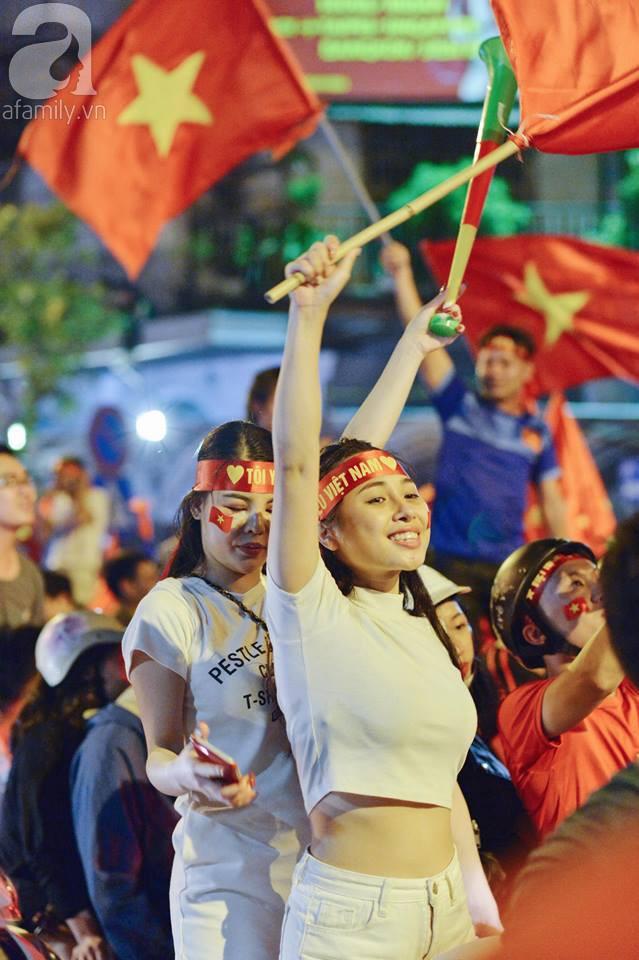 Tới đêm, hàng triệu người hâm mộ vẫn đổ xuống đường đi bão mừng Việt Nam vào Bán kết AFF Cup - Ảnh 2.