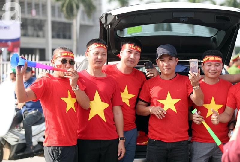 Tới đêm, hàng triệu người hâm mộ vẫn đổ xuống đường đi bão mừng Việt Nam vào Bán kết AFF Cup - Ảnh 46.