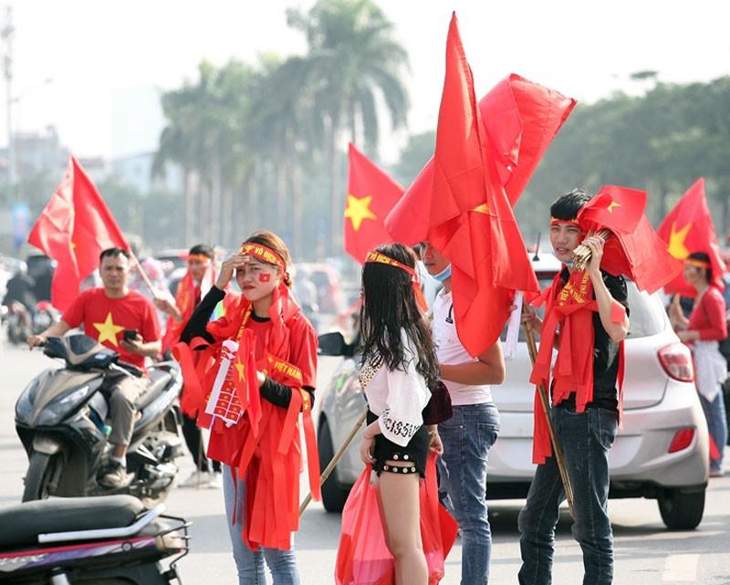 Tới đêm, hàng triệu người hâm mộ vẫn đổ xuống đường đi bão mừng Việt Nam vào Bán kết AFF Cup - Ảnh 47.