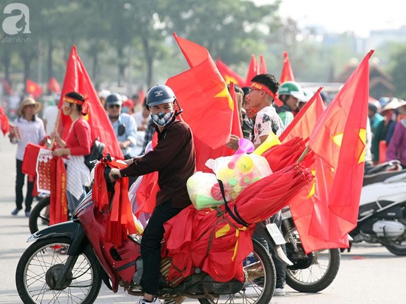 Tới đêm, hàng triệu người hâm mộ vẫn đổ xuống đường đi bão mừng Việt Nam vào Bán kết AFF Cup - Ảnh 48.