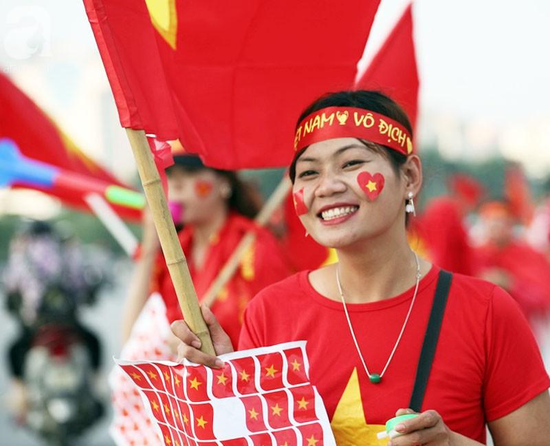 Tới đêm, hàng triệu người hâm mộ vẫn đổ xuống đường đi bão mừng Việt Nam vào Bán kết AFF Cup - Ảnh 49.