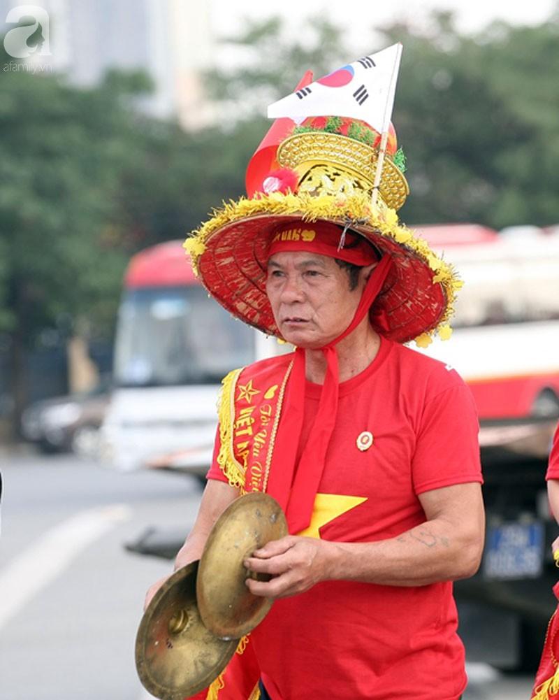 Tới đêm, hàng triệu người hâm mộ vẫn đổ xuống đường đi bão mừng Việt Nam vào Bán kết AFF Cup - Ảnh 50.