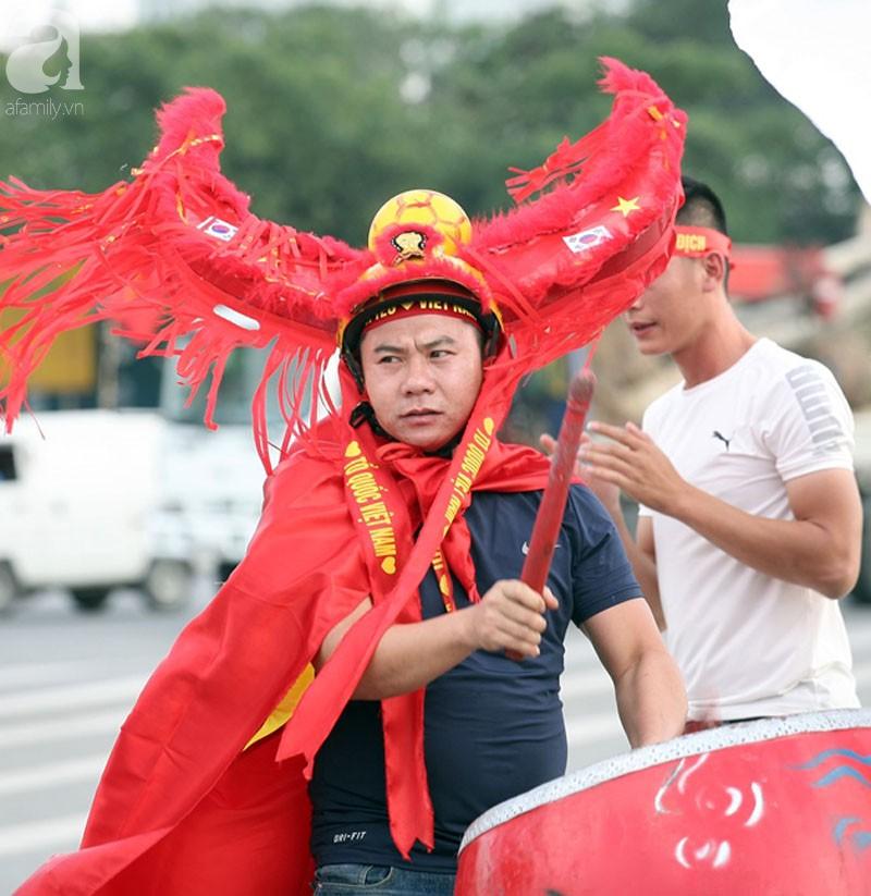 Tới đêm, hàng triệu người hâm mộ vẫn đổ xuống đường đi bão mừng Việt Nam vào Bán kết AFF Cup - Ảnh 51.