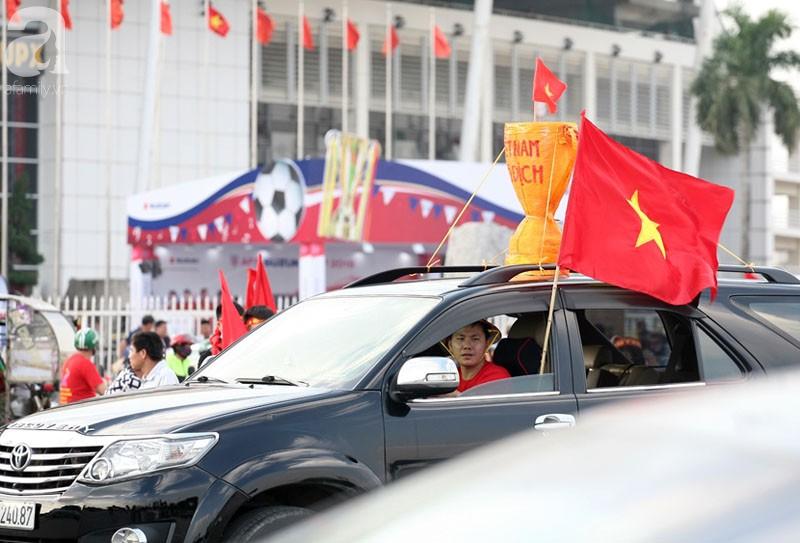 Tới đêm, hàng triệu người hâm mộ vẫn đổ xuống đường đi bão mừng Việt Nam vào Bán kết AFF Cup - Ảnh 52.
