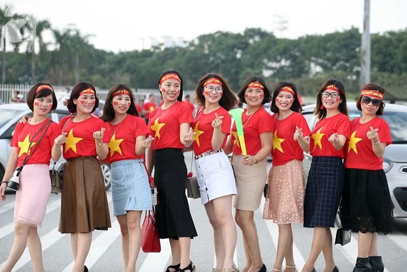 Tới đêm, hàng triệu người hâm mộ vẫn đổ xuống đường đi bão mừng Việt Nam vào Bán kết AFF Cup - Ảnh 53.