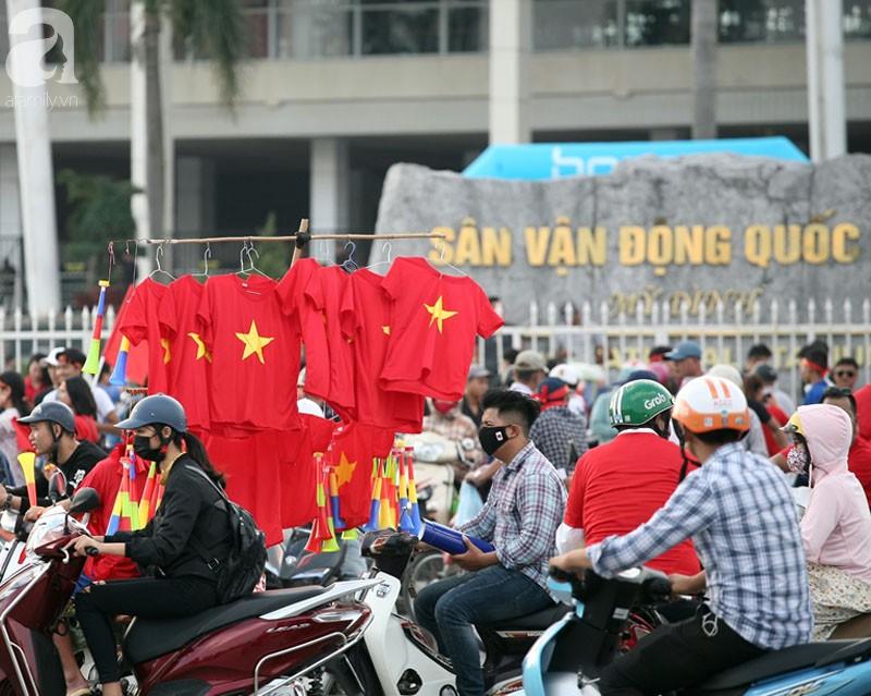 Tới đêm, hàng triệu người hâm mộ vẫn đổ xuống đường đi bão mừng Việt Nam vào Bán kết AFF Cup - Ảnh 54.