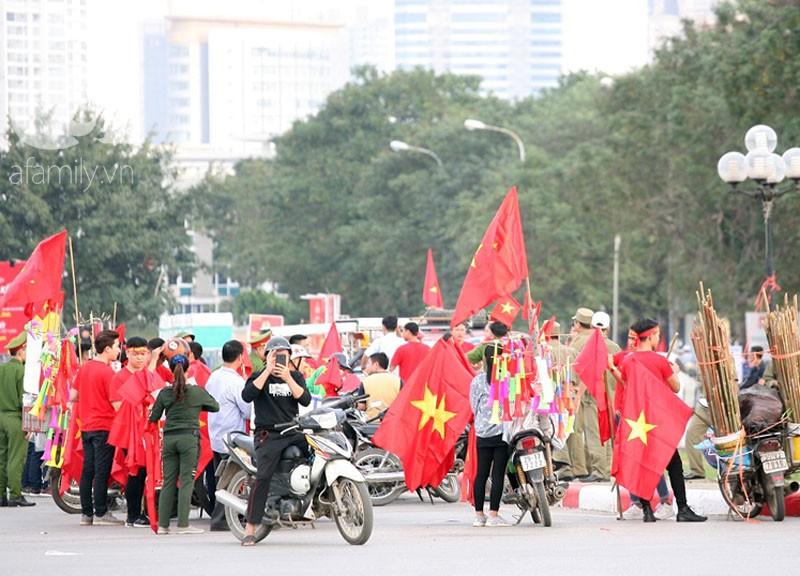 Tới đêm, hàng triệu người hâm mộ vẫn đổ xuống đường đi bão mừng Việt Nam vào Bán kết AFF Cup - Ảnh 55.