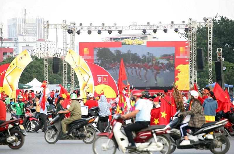 Tới đêm, hàng triệu người hâm mộ vẫn đổ xuống đường đi bão mừng Việt Nam vào Bán kết AFF Cup - Ảnh 56.