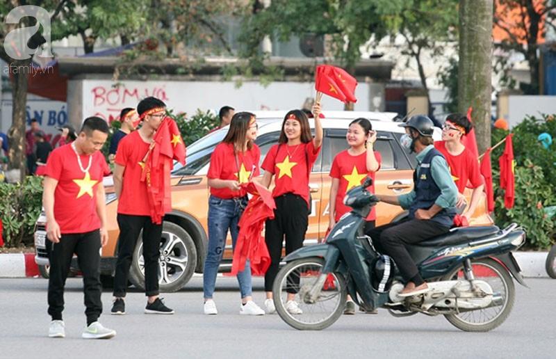 Tới đêm, hàng triệu người hâm mộ vẫn đổ xuống đường đi bão mừng Việt Nam vào Bán kết AFF Cup - Ảnh 57.