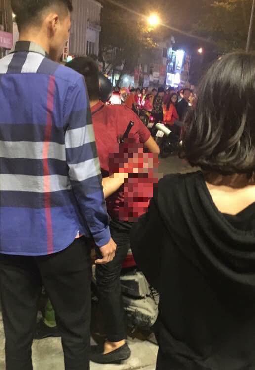 Hà Nội: Mâu thuẫn trong lúc ngồi xem cổ động viên đi bão mừng chiến thắng của ĐT Việt Nam, nam thanh niên bị đâm nhập viện - Ảnh 1.