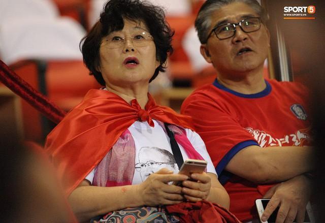 Nhan sắc các bạn gái cầu thủ đã là gì, ngỡ ngàng nhất là người phụ nữ U60 bên cạnh thầy Park suốt 32 năm - Ảnh 6.