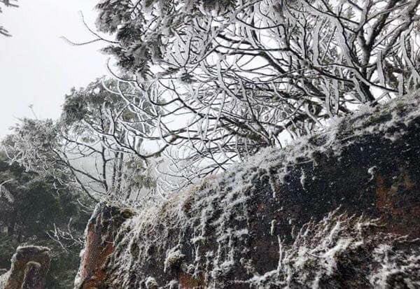 Băng tuyết đã bắt đầu rơi ở Sa Pa, dân tình háo hức rủ nhau xách đồ đi săn tuyết, checkin sống ảo - Ảnh 3.