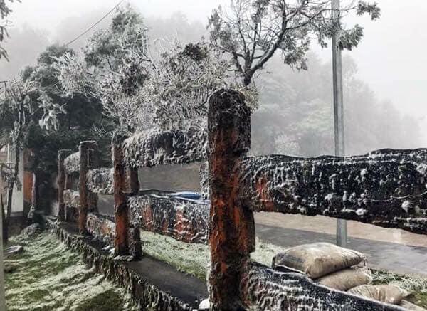 Băng tuyết đã bắt đầu rơi ở Sa Pa, dân tình háo hức rủ nhau xách đồ đi săn tuyết, checkin sống ảo - Ảnh 4.
