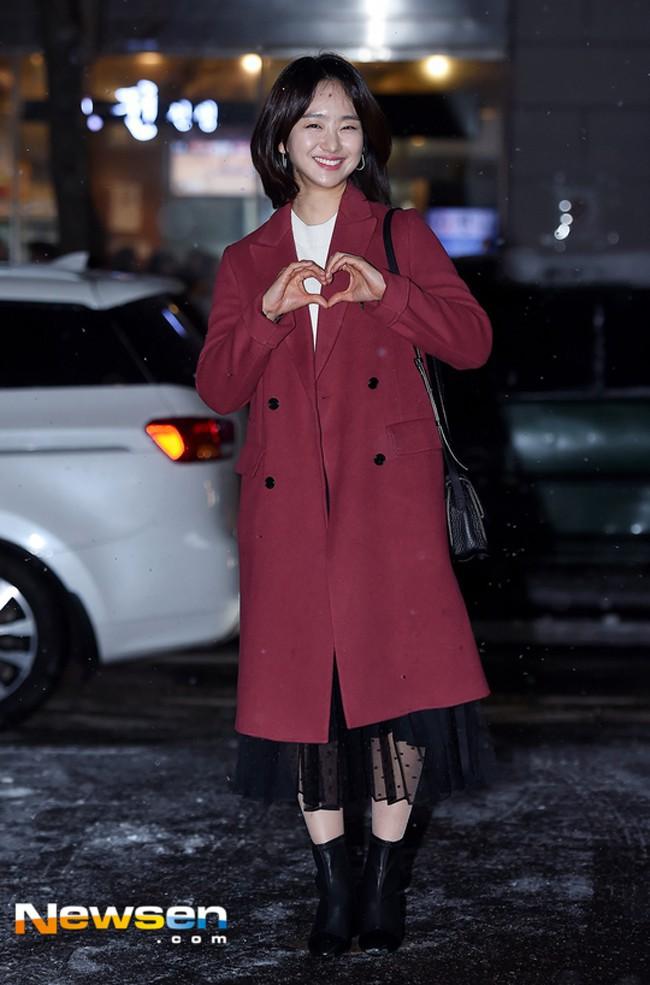 Nhìn Hà Tăng, Jolie Nguyễn... diện street style sắc đỏ mà chợt nhận ra: Tết đã về gần lắm rồi đây! - Ảnh 15.