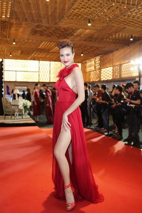 Chăm chỉ khoe chân dài như vậy, đây đích thị là 3 'Nữ hoàng đầm xẻ đùi' gợi cảm nhất Vbiz - Ảnh 22.