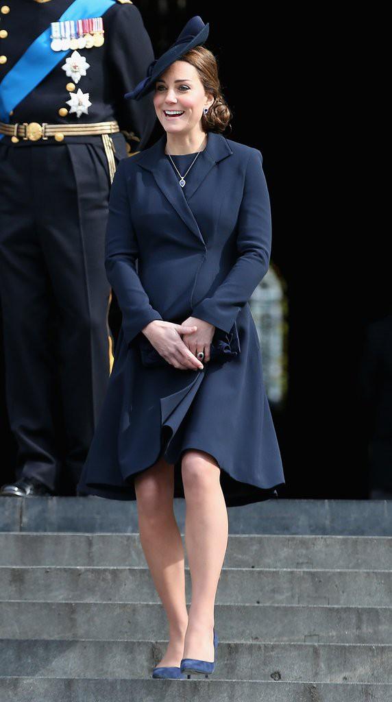 Bí quyết mặc đẹp ngay cả khi mang bầu với 9 thương hiệu thời trang yêu thích của côang nương Kate - Ảnh 18.