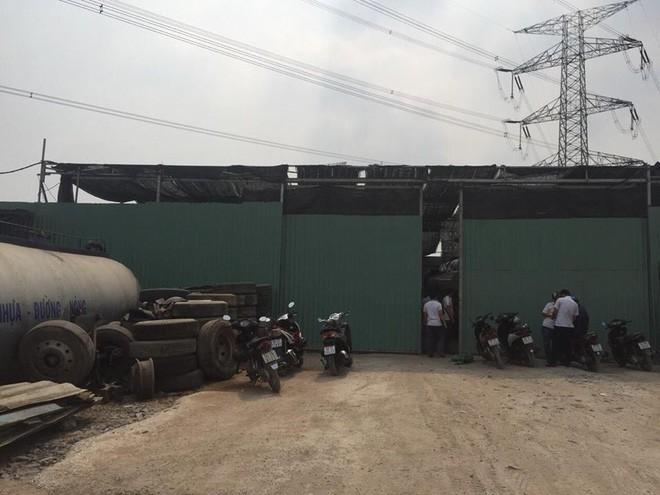 TP.HCM: Bắt quả tang nhóm đối tượng rút trộm hàng ngàn lít xăng dầu ngày cận Tết - Ảnh 2.