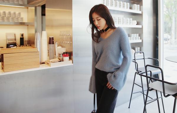 Tết này, nàng điệu đà sẽ thích mê với những biến tấu xinh xắn của chiếc áo len đơn giản - Ảnh 14.