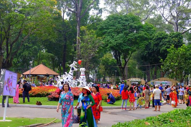 Sài Gòn khai màn hội hoa xuân, tiểu cảnh chó khổng lồ hút khách  - Ảnh 6.