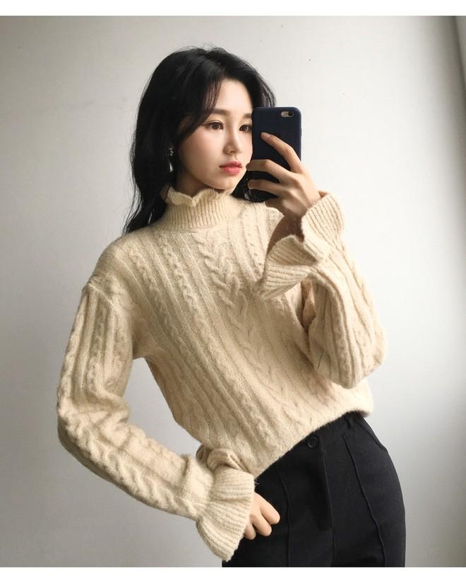 Tết này, nàng điệu đà sẽ thích mê với những biến tấu xinh xắn của chiếc áo len đơn giản - Ảnh 13.