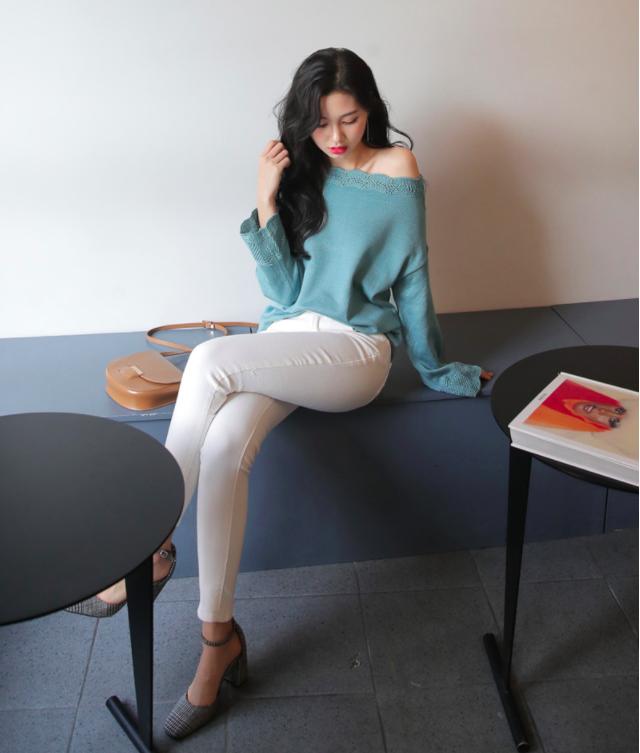Tết này, nàng điệu đà sẽ thích mê với những biến tấu xinh xắn của chiếc áo len đơn giản - Ảnh 1.