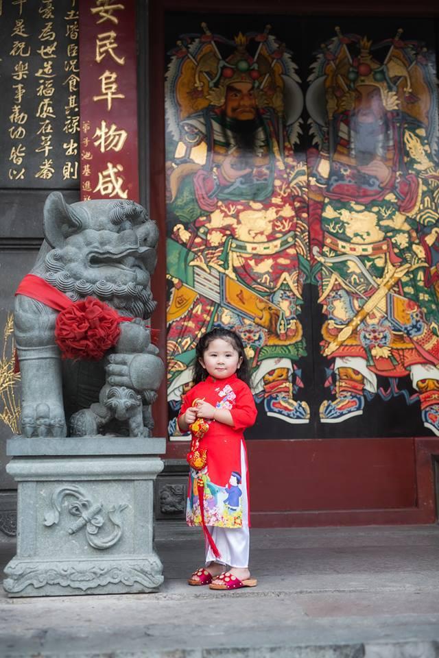 Ngắm Cô Ba Sài Gòn nhí xúng xính áo dài, guốc mộc lên chùa cầu an đầu xuân - Ảnh 11.