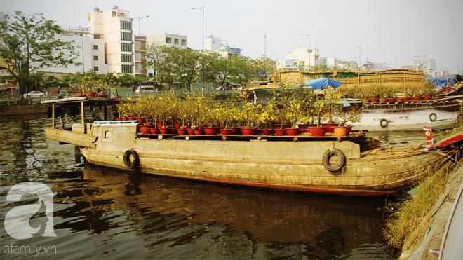 Cận Tết, ghé bến Bình Đông coi chợ nổi, tìm lại Sài Gòn xưa trong cảnh giao thương trên bến dưới thuyền - Ảnh 14.